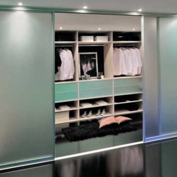 Trije primeri modernih garderobnih omar
