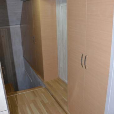 Ureditev garderobne omare na podestu ob stopnicah