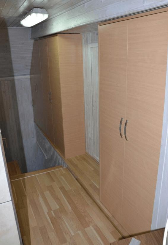 garderobna omara ob hodniku