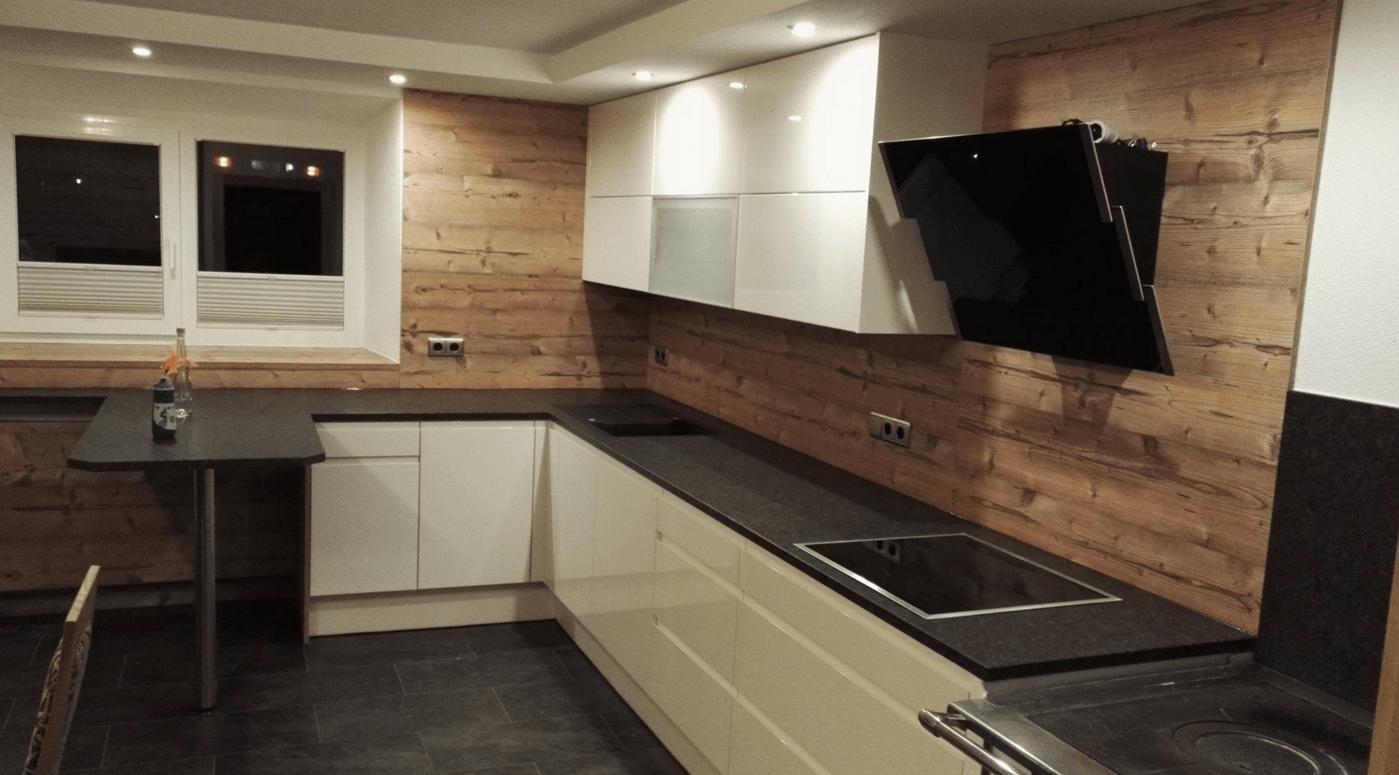 kuhinja z leseno zidno oblogo