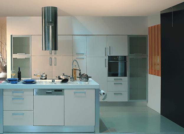 kuhinjski otok z vgradnim gospodinjskim aparatom