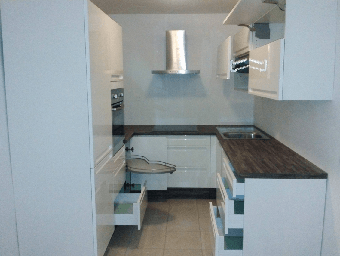 majhna kuhinja z veliko predali