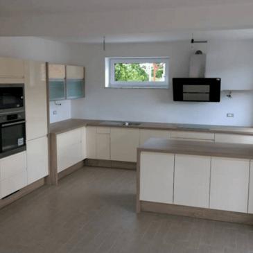 Primer velike in prostorne nove kuhinje