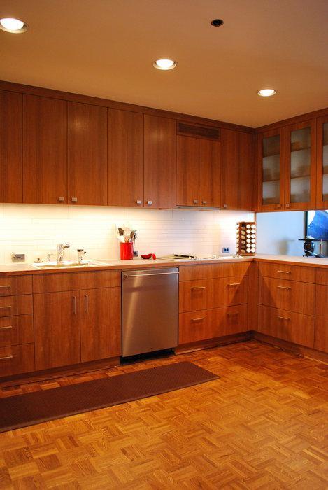 Parket v kuhinji, zaščiten s preprogo. (vir: lumberjocks.com)
