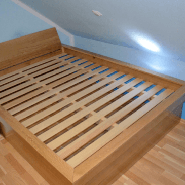 Masivna postelja po meri razpoložljivega prostora v mansardi