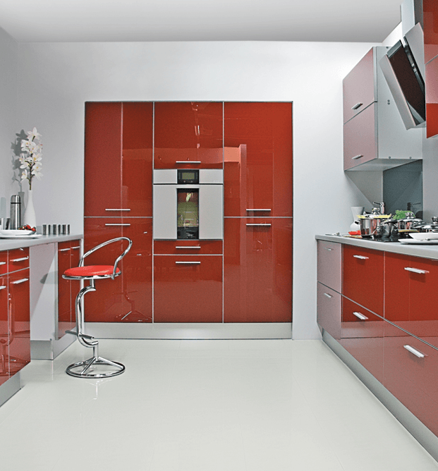 dvovrstna kuhinja z vgradno omaro