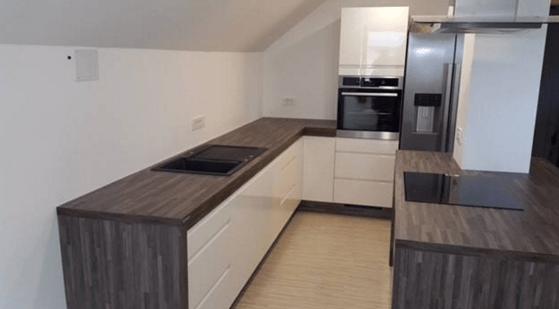moderna kuhinja v podstrešnem stanovanju