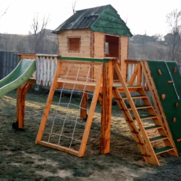 Lesene hiške za otroke – primer izdelave z različnimi igrali