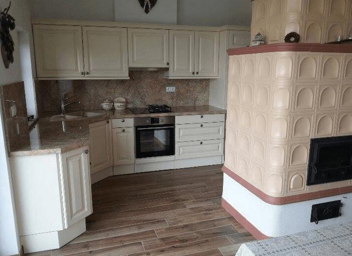 klasična kotna kuhinja