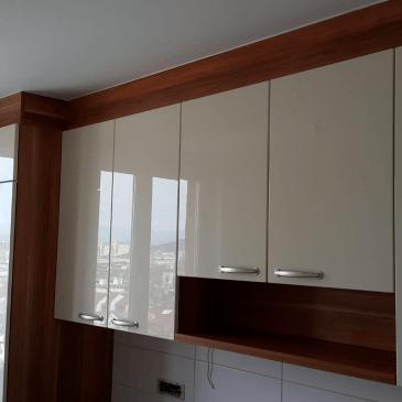 Kuhinjski elementi do stropa – ideja za maksimalen izkoristek prostora v majhni kuhinji
