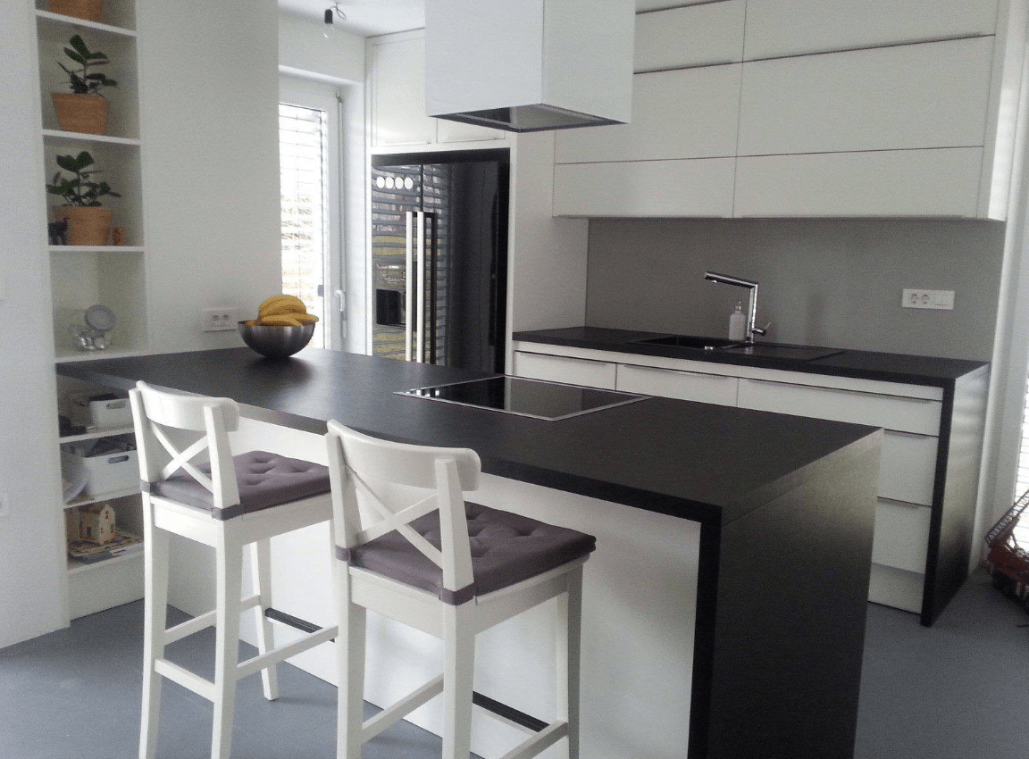 črno bela dvovrstna kuhinja