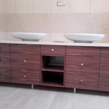 Štirje primeri izdelanih kopalniških omaric z umivalnikom, po naročilu