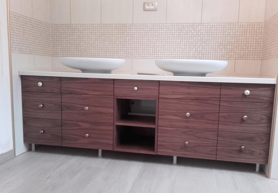 kopalniška omarica z dvema umivalnikoma