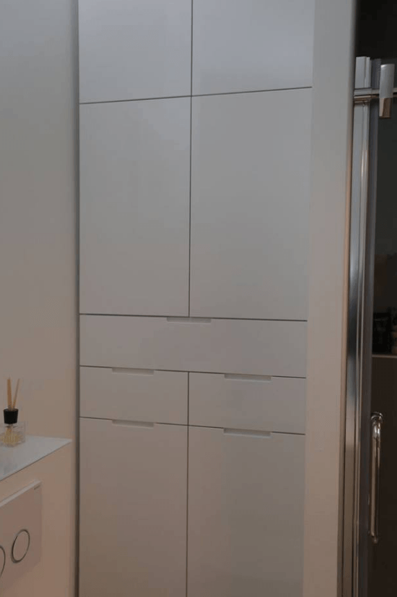 visoka omara v kopalnici sprednji del
