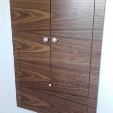 Izvedba kopalniške omarice z dostopom iz kopalnice in pralnice