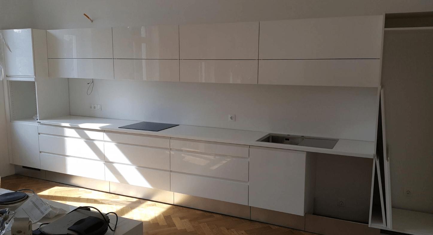 bela enovrstna kuhinja brez aparatov