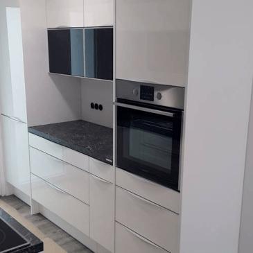 Kuhinja v dveh nizih, v modernem črno, belem stilu