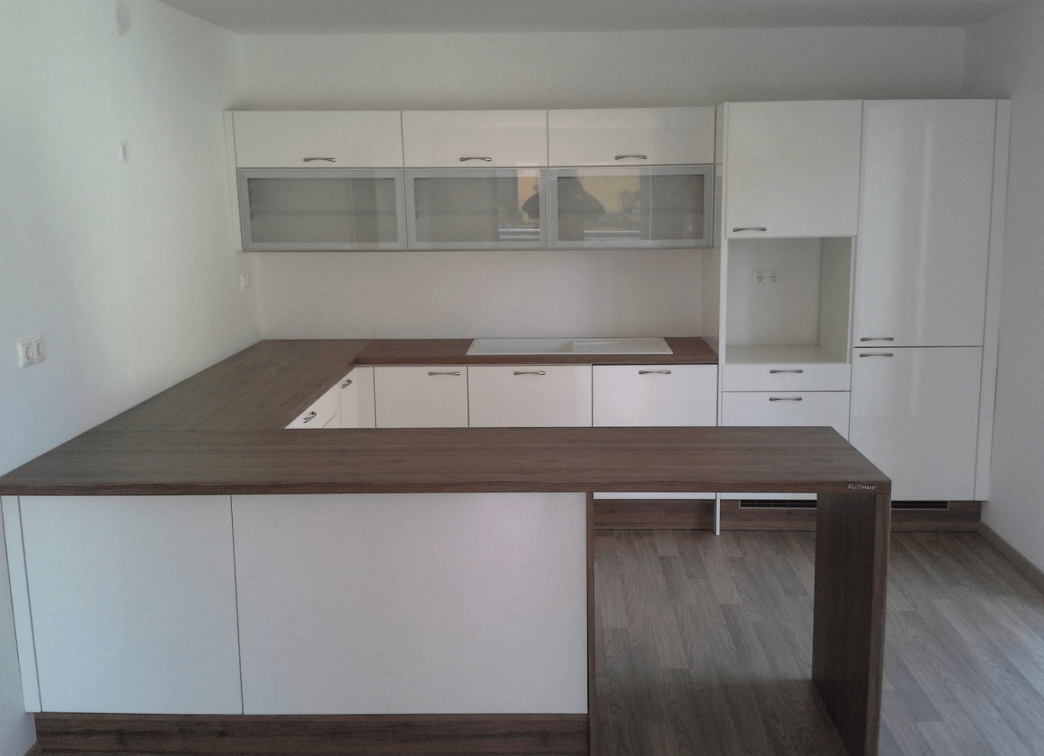 moderna polotočna kuhinja brez aparatov