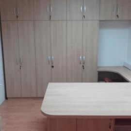 Opremljanje pisarniških prostorov lokalne občine s pohištvom po naročilu