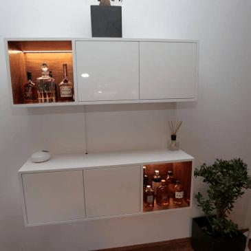 Primer opremljanja dnevne sobe z modernimi regali po naročilu