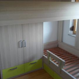 Otroška sobica s pogradom – prikaz opremljanja manjše otroške sobe za dva