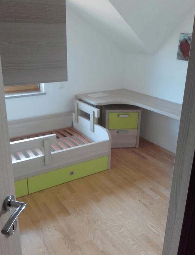posteljni okvir in pisalna miza