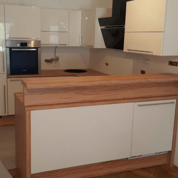 Barvne kombinacije kuhinj – bela in naraven les