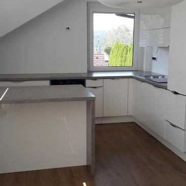 Svetla in prostorna kuhinja v mansardi