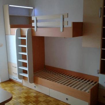 Nadstropna postelja skupaj z omarami