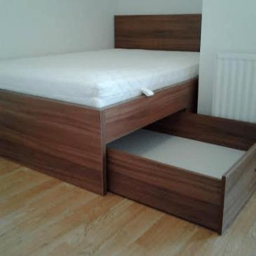Primer po meri izdelane postelje z enim stranskim, izvlečnim predalom