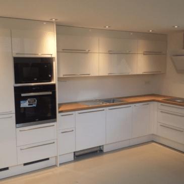 Moderna vgradna kuhinja do stropa