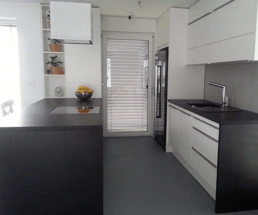 ameriski-hladilnik-dvovrstna-kuhinja