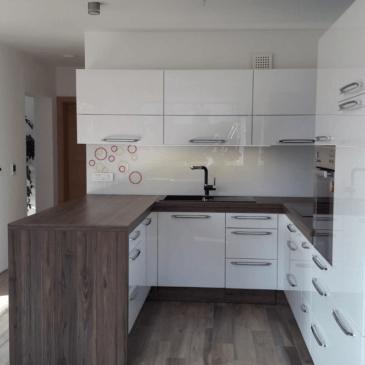 Moderna kuhinja na u v kombinaciji bele in temnega lesnega vzorca