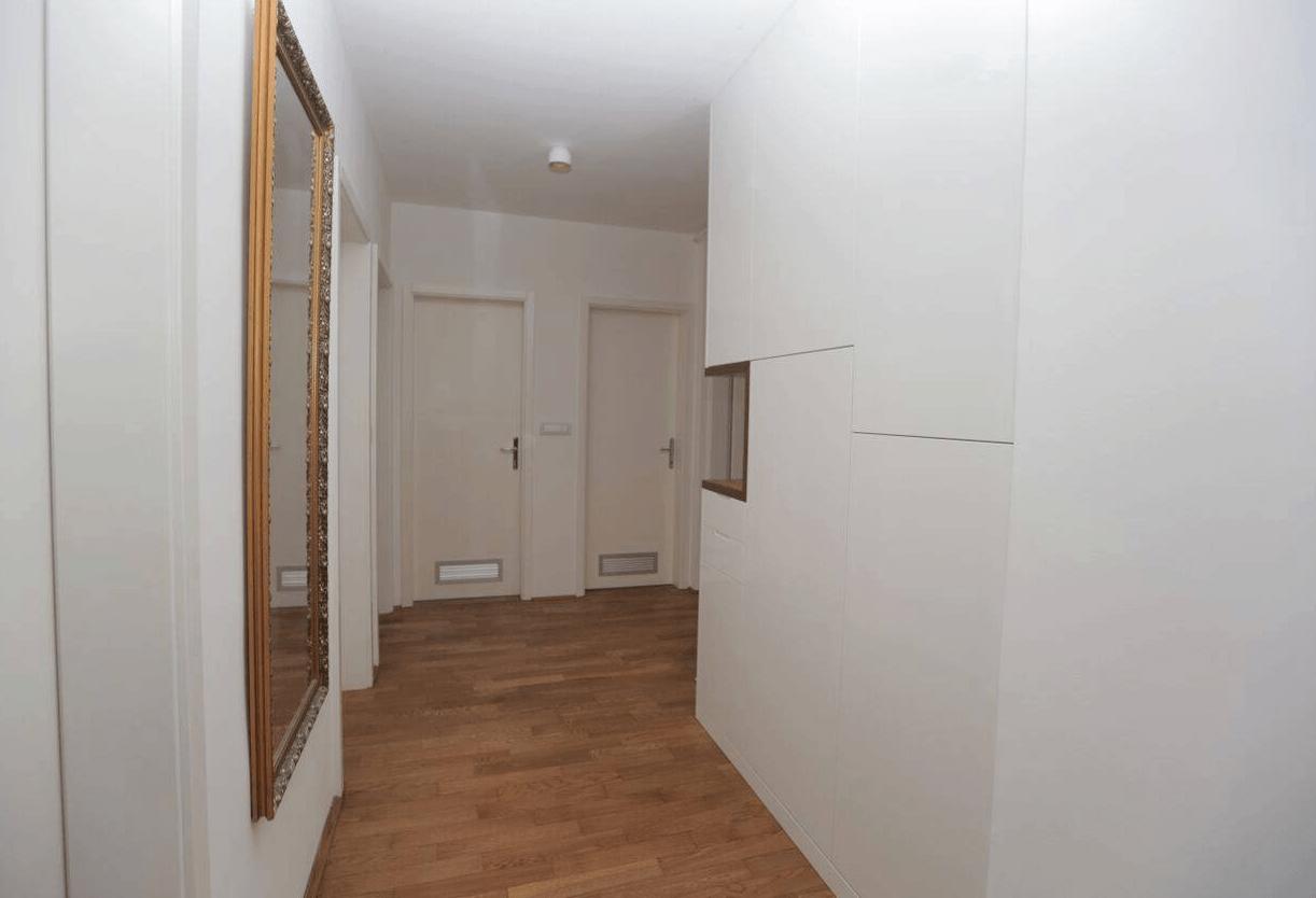 Moderna vgradna omara na hodniku
