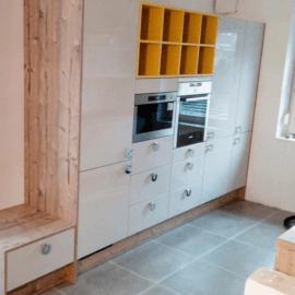 Prostorna kuhinja v dveh nizih in svetlih barvnih tonih