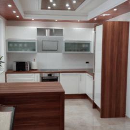 Fantastičen izkoristek prostora z moderno kuhinjo