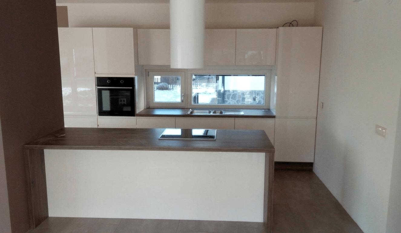 nizko prečno okno v kuhinji