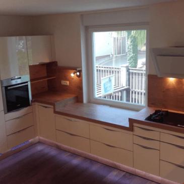 Kako postaviti kuhinjo, ko prostor moti, kuhinjsko okno?