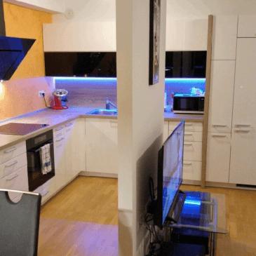 Moderna kuhinja, jedilnica in dnevna soba v enem prostoru