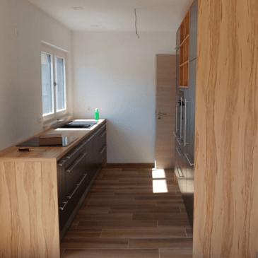 Moderna, dvovrstna kuhinja za ozki prostor