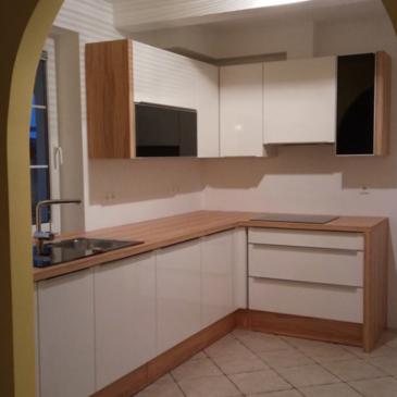 Manjša kuhinja z obokanim vhodom