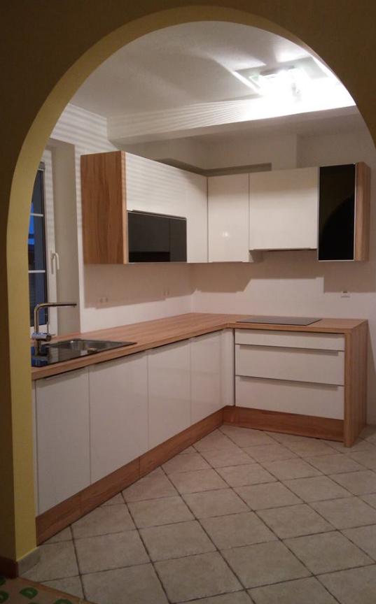 manjša kuhinja z obokanim prostorom