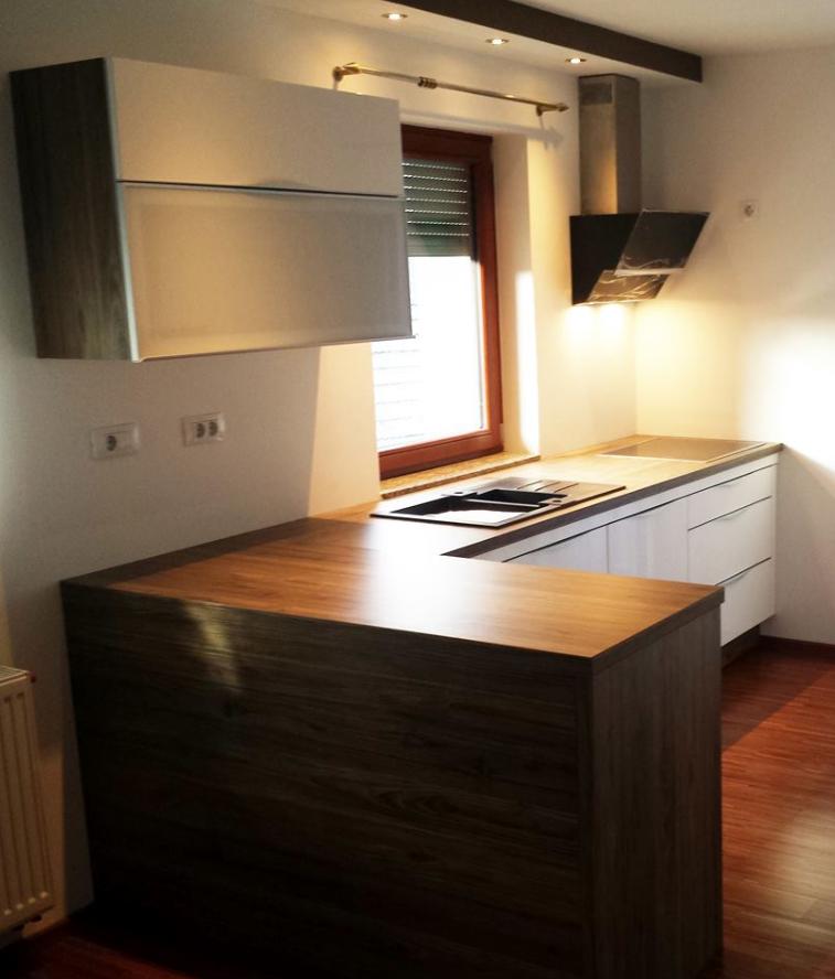 Razporeditev kuhinjskih elementov vzdolž zidne stene z oknom